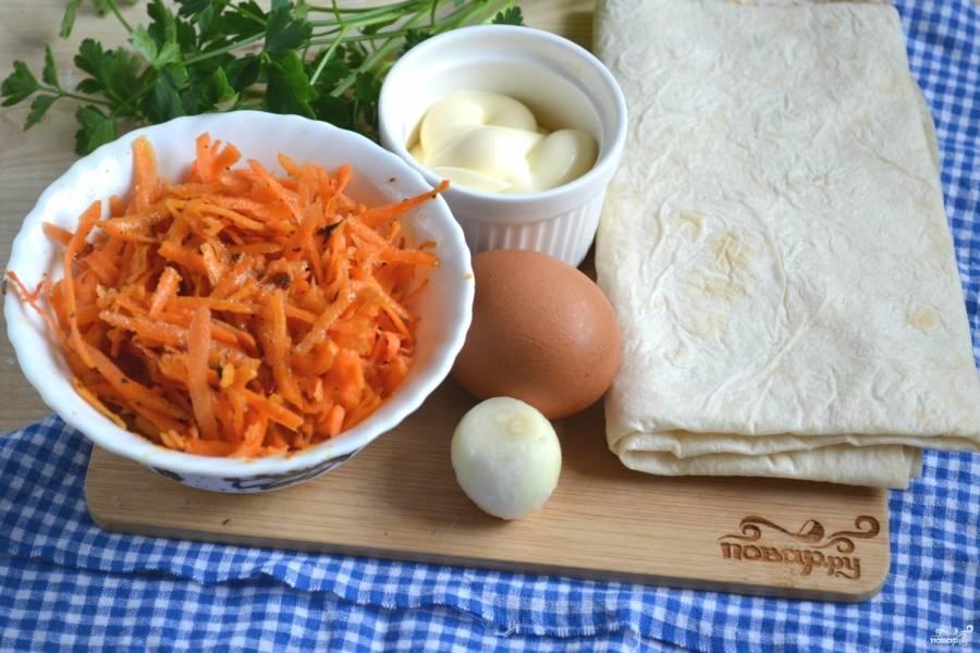 Подготовьте все необходимые ингредиенты. Заранее приготовьте корейскую морковку, а яйцо отварите вкрутую.