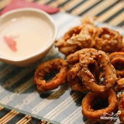 7. Выбирайте кальмары из масла на бумажное полотенце, чтобы стекло лишнее масло. Затем подавайте к столу с любимым соусом. Приятного аппетита!