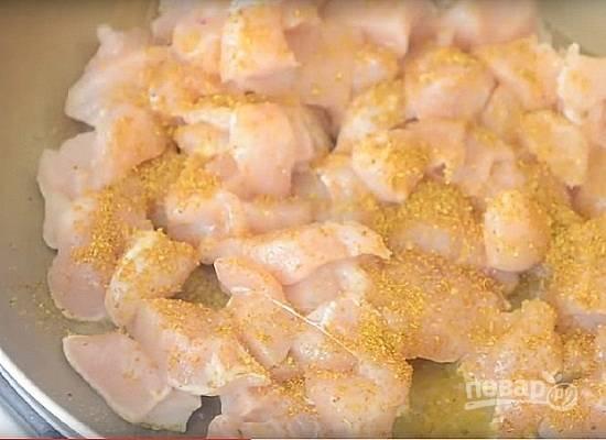 Куриное филе нарезаем на небольшие кусочки и выкладываем на разогретую с маслом сковороду. Добавляем соль и карри. Ставим отвариваться яйца вкрутую.