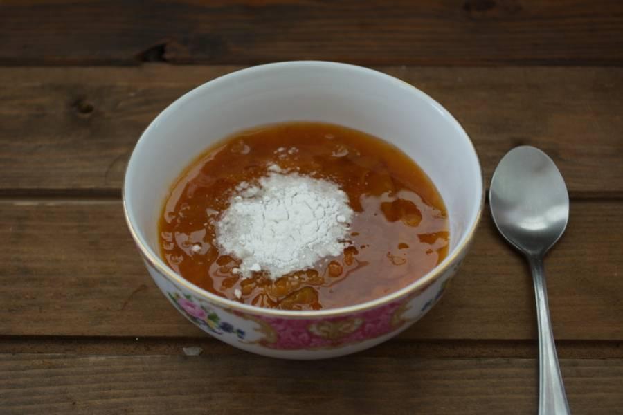 В какую-то емкость выложите варенье. Можно брать любое без косточек. Я взяла абрикосовое. К нему добавьте соду, перемешайте. Оставьте на 20 минут. Варенье погасит соду и вступит в реакцию.