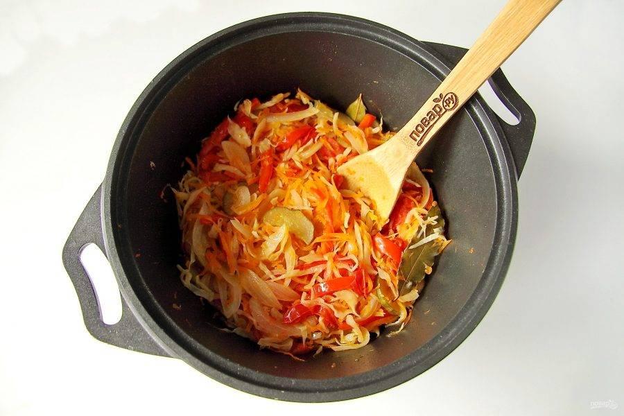 Затем доведите салат на плите до кипения и на медленном огне тушите периодически помешивая 20 минут.