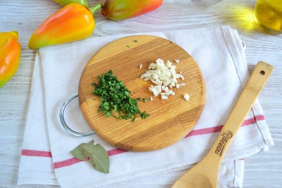 Мелко нарежьте несколько зубчиков чеснока и петрушку.