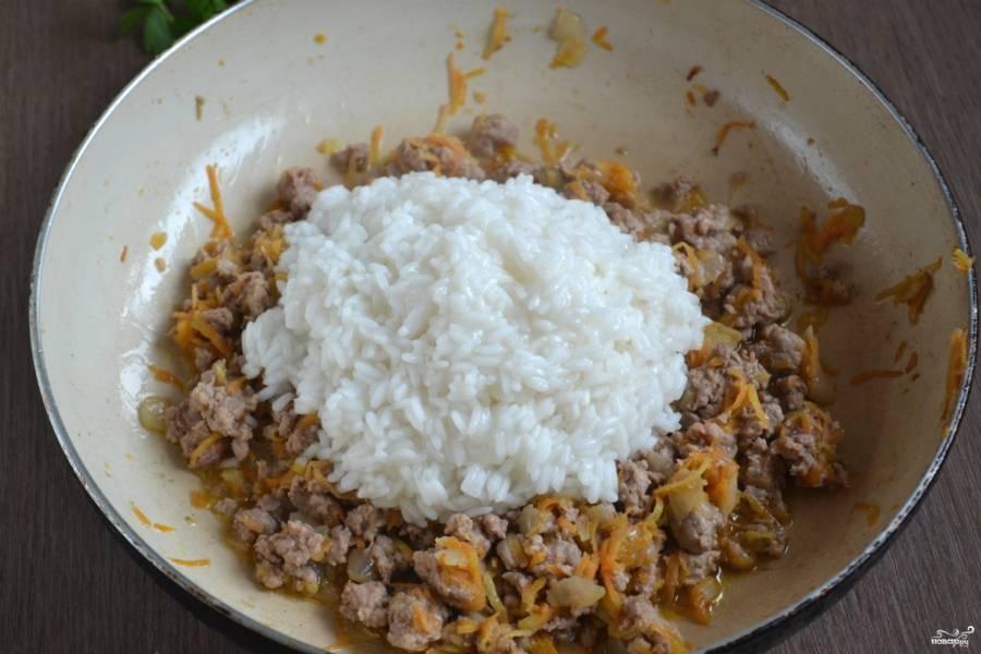 Рис отварите до полуготовности в слегка подсоленной воде и откиньте на дуршлаг, чтобы стегка лишняя жидкость. Отправьте рис в сковороду и готовьте пару минут.
