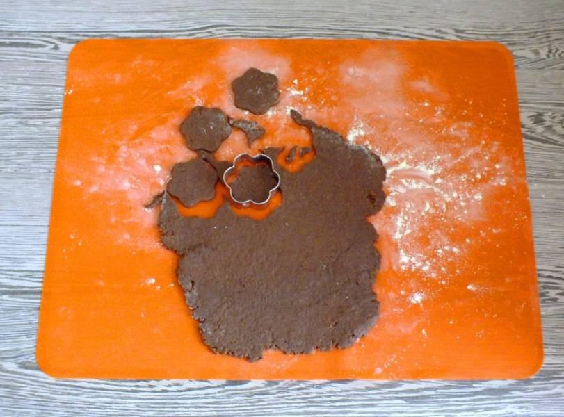 Отложенную часть теста раскатайте в пласт толщиной 0,5 см. Вырежьте формочкой для печенья разные фигурки.