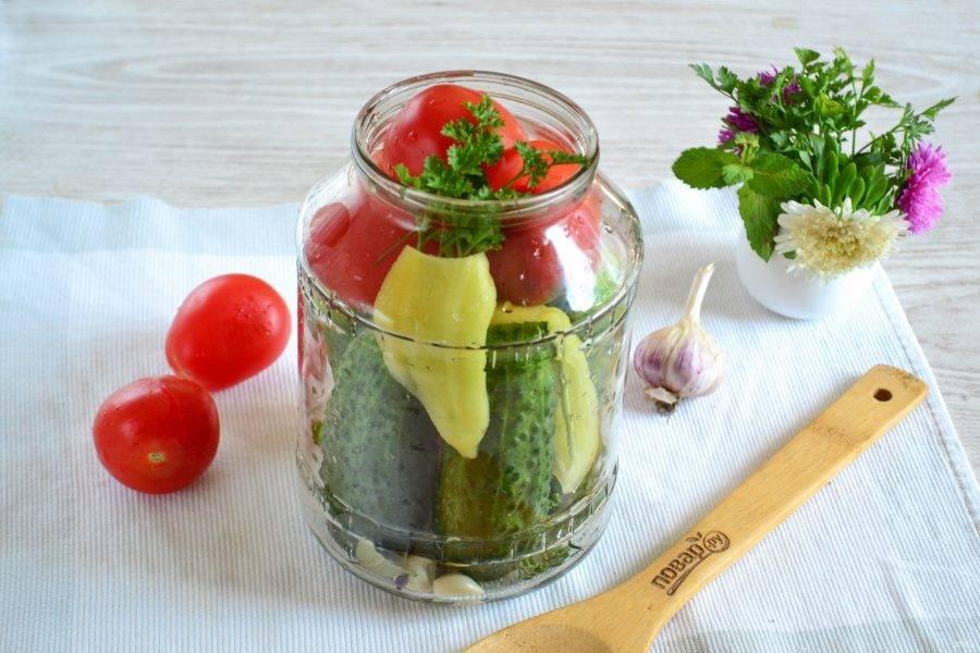 Оставшееся пространство банки заполните помидорами и очищенным от семян и плодоножки и порезанным на полоски сладким перцем. Также положите в баночку петрушку и оставшийся чеснок.