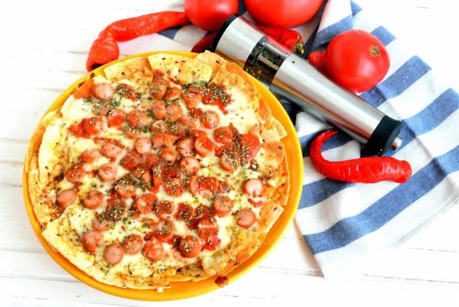 Подавайте готовую пиццу сразу же! Едят такую пиццу, просто вытаскивая аппетитный треугольничек из общей тарелки.