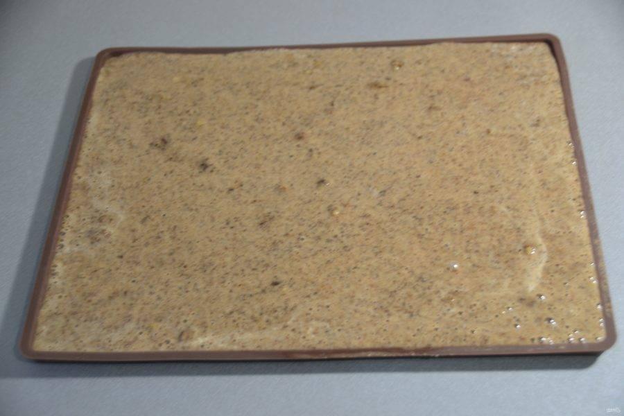 Выложите тесто на форму для запекания с бортиками и хорошо разровняйте.