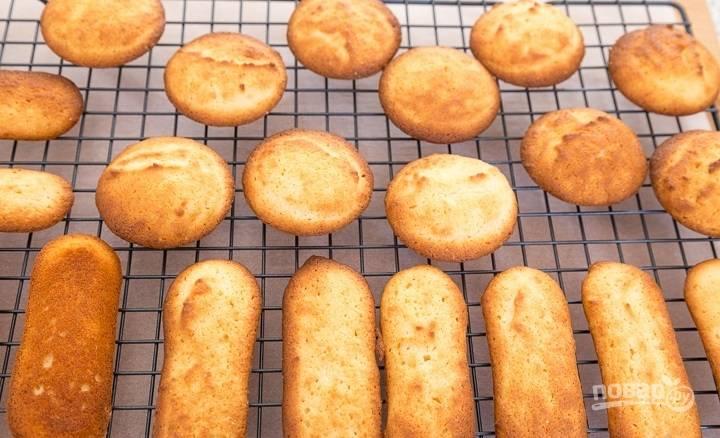4.Сформируйте печенье и выложите его на противень с пергаментом, запекайте в разогретом до 160-170 градусов духовом шкафу около получаса. Переложите печенье на решетку для остывания.