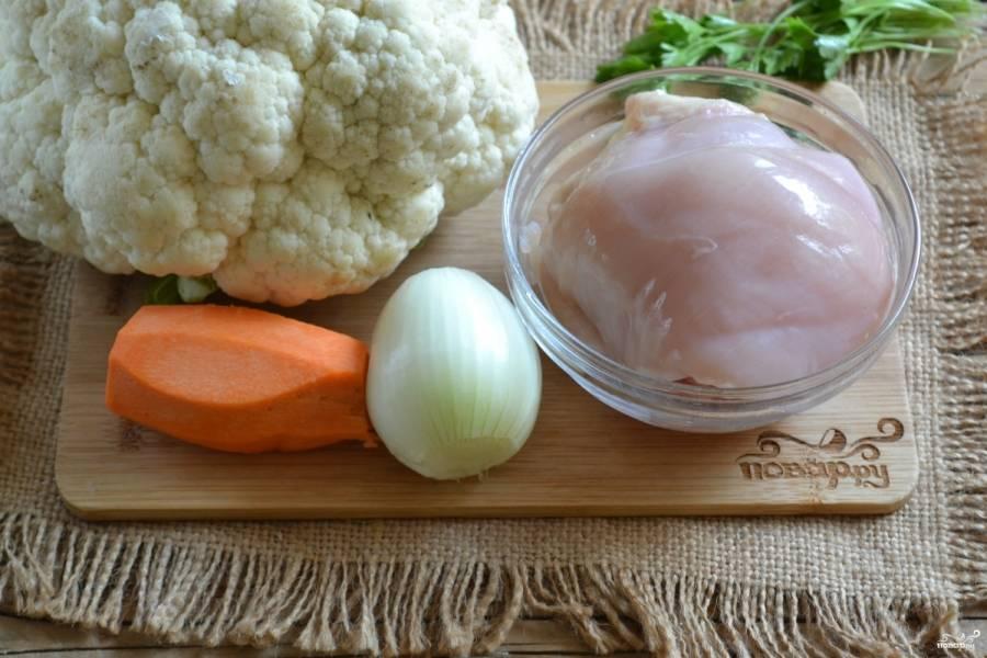 Подготовьте все необходимые ингредиенты. Очистите лук и морковь, грудку промойте.