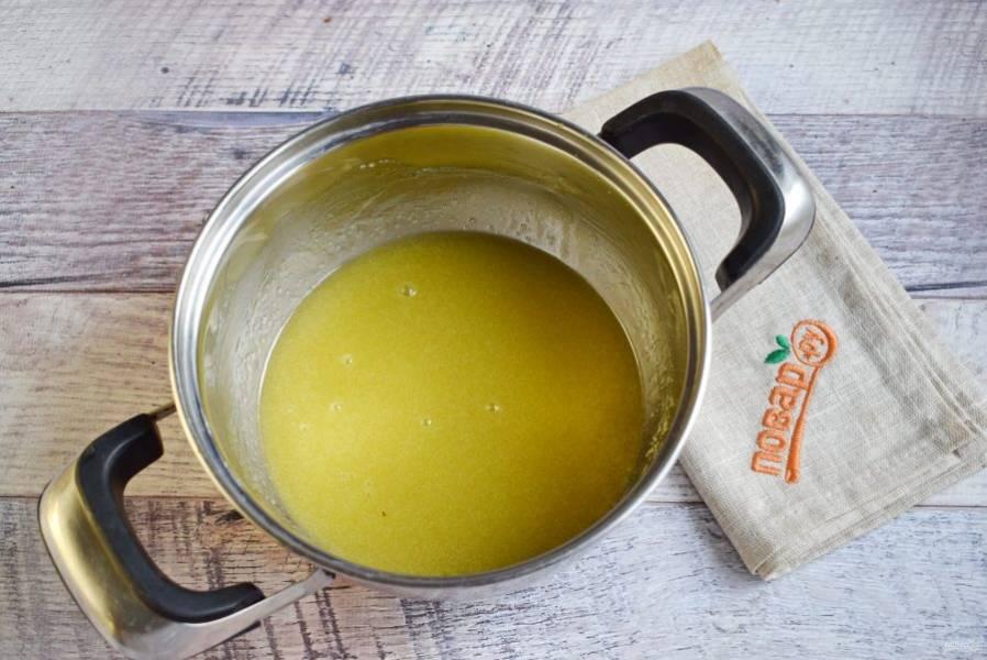 Сливочное масло нарежьте кубиками, соедините с сахаром (50 г), растопите на медленном огне до растворения сахара.