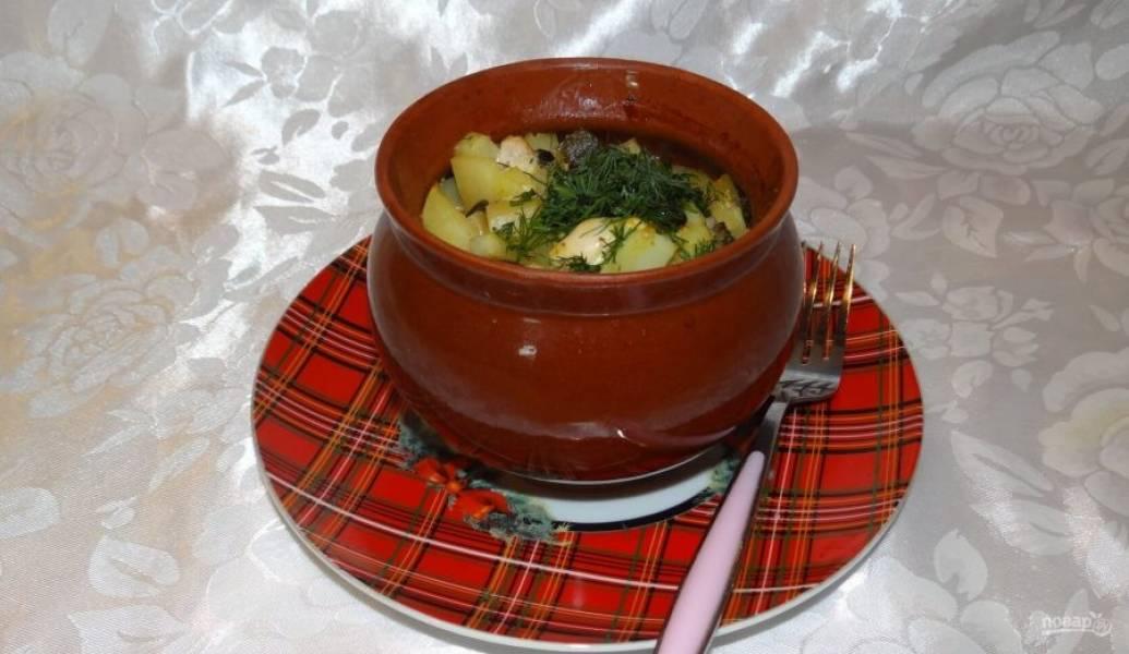 Запекайте жаркое в духовке в течение 30 минут при 180 градусах под крышками. Подавайте блюдо с зеленью. Приятного аппетита!