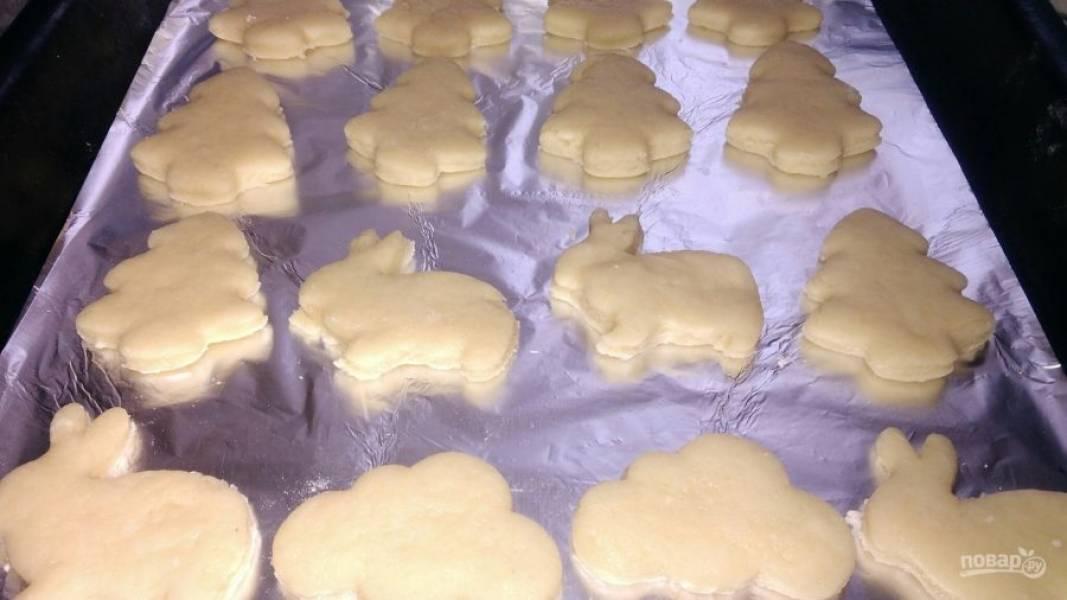 7. Противень я застилаю фольгой, смазывать ее не нужно. Выкладываем заготовки на противень на небольшом расстоянии друг от друга (во время выпекания печенье увеличивается в объеме). Толщину печенья регулируйте сами (вкуснее, если оно будет потолще).