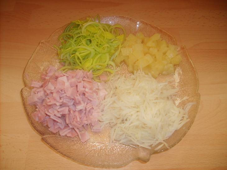 Все складываем в одну миску. Приправляем солью, перцем, заправляем майонезом. Посыпаем сверху измельченной зеленью.