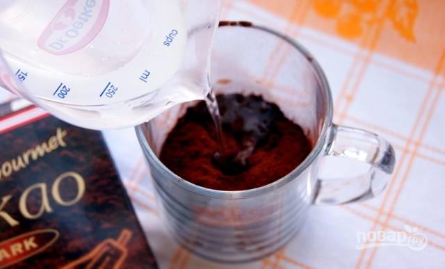 Приготовьте тесто. Какао залейте кипятком и перемешайте.