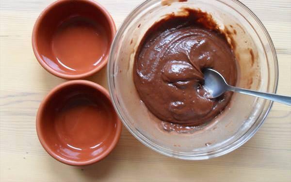 3. Вводим муку и какао. Мешаем все вместе очень тщательно, и шоколадную массу раскладываем по формочкам. Здесь ингредиентов на два кексика.