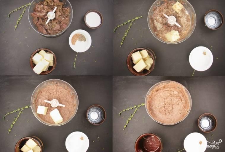 3. Теперь просто остудим и взбиваем в блендере содержимое сковородки, добавив сливки, специи и примерно 3/4 от всего количества масла.