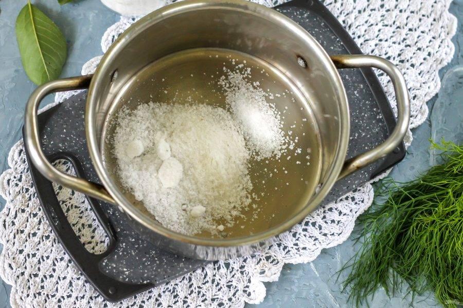 В кастрюлю или ковш всыпьте соль и лимонную кислоту.