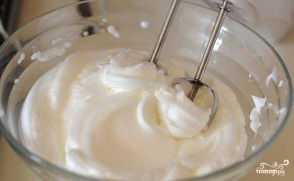 Белки взбиваем в пену с небольшим количеством соли. Взбиваем 3-4 минуты при помощи миксера.