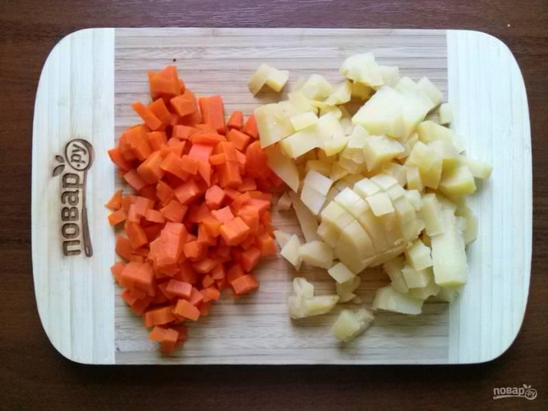 Свеклу, морковь, картофель отварите до готовности, немного остудите и очистите. Картофель, морковь нарежьте мелкими кубиками.