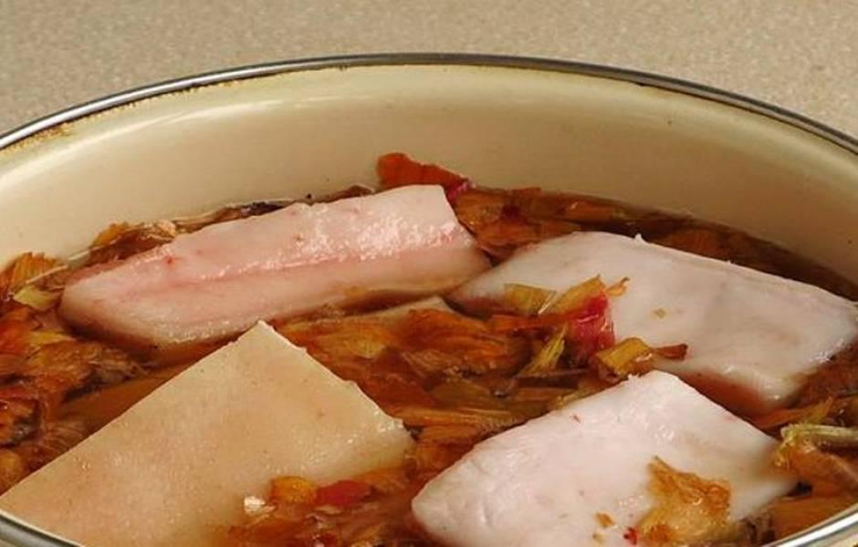 В получившийся рассол сложите порезанное сало.