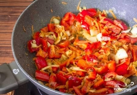Добавляем к чесноку лук, морковь и перец. Обжариваем-тушим минут 10-15. Если у вас сушеные базилик и орегано - можно добавить их сейчас.