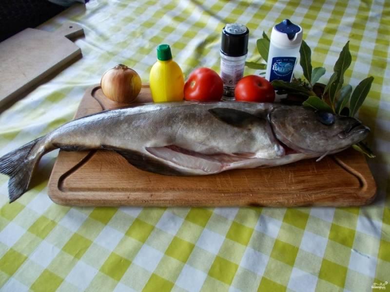 1. Сайда в духовке на подушке из овощей готовится очень быстро. У меня есть специальная рыбница — отличная форма, в которой можно готовить рыбу как в духовке, так и на пару. Итак, сайду нужно выпотрошить и тщательно помыть.
