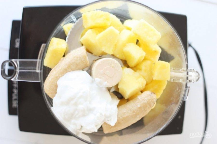 Фрукты заранее уберите в морозилку на 1-2 часа. В блендер нарежьте подмороженный ананас и банан. Молоко также заморозьте, только оставьте его всего на 10-20 минут. Затем добавьте его в блендер.