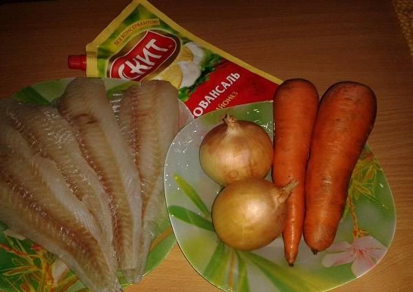 1. Набор ингредиентов весьма скромный. Чтобы сделать блюдо более сытным, в рецепт приготовления запеченной рыбы под шубой можно добавить также картофель.