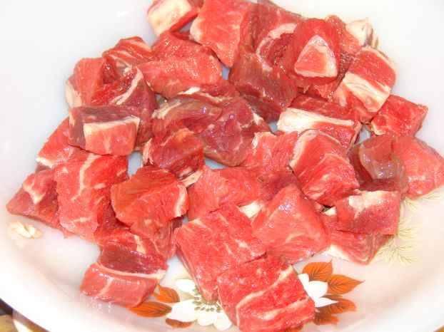 Для начала промываем мясо, высушиваем его и нарезаем на небольшие кубики.