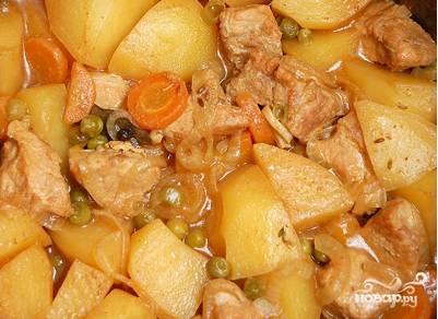 Поставьте накрытый крышкой казан в духовку на 1-1,5 часа. Ароматная картошка с мясом будет готова. Подавайте горячей!