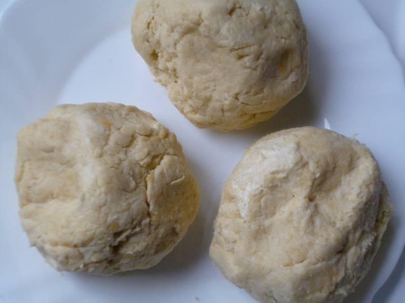 Растираем масло с мукой в мелкую крошку. Кефир смешиваем с солью и содой. Сразу же добавляем кефир в крошку, туда же оправляем желтки. Теперь замесим тесто, разделив его на три части. Кладем тесто в холодильник.
