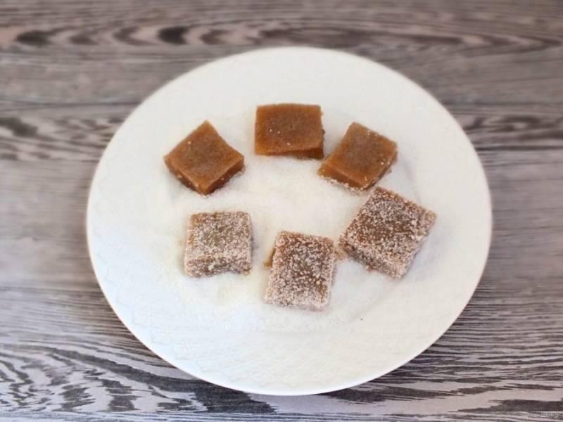 На тарелку насыпьте 3 ст.л. сахара, обваляйте мармелад со всех сторон.