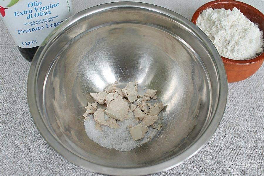 В миску насыпаем соль, сахар и кладем живые дрожжи.
