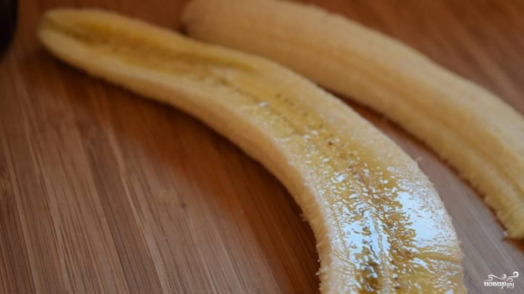 1.Предварительно подготавливаем специальную форму продолговатого вида. Чистим бананы, разрезаем их вдоль на 2 части.