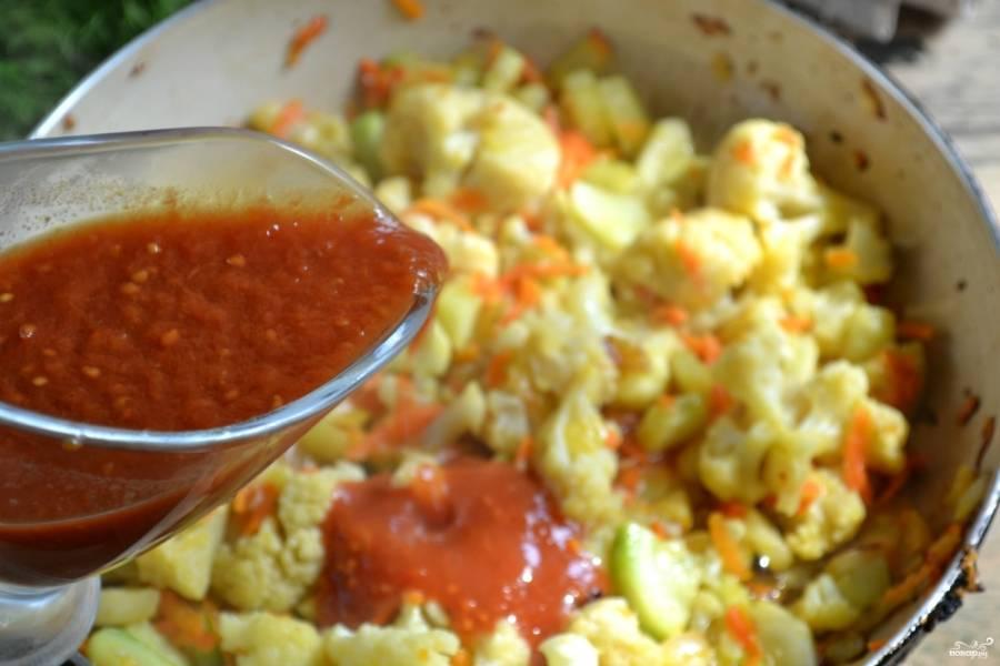 Когда овощи станут мягкими, добавьте томатный сок, посолите и протушите ещё 10 минут.