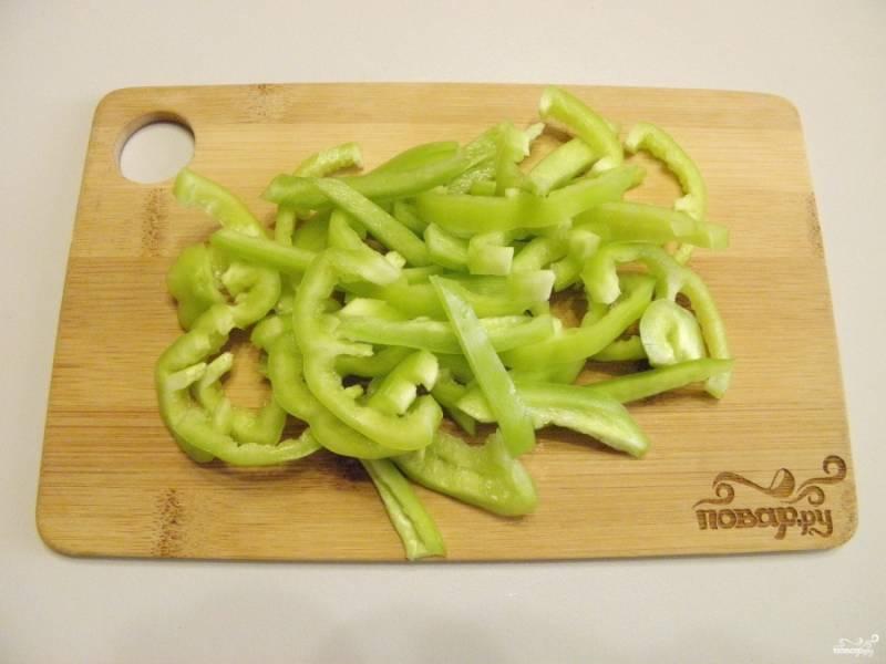 3. Болгарский перец освободите от семян и порежьте соломкой.