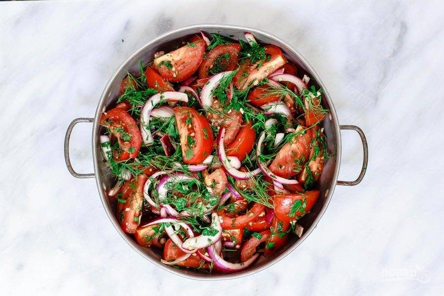 Добавьте в салат пропущенный через пресс чеснок и сумах. Салат перемешайте.