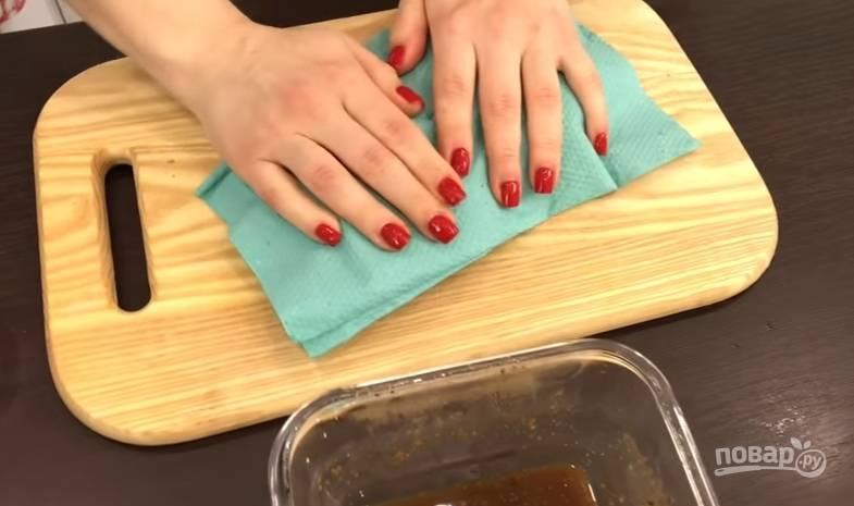 5.Спустя двое суток достаете балык, вынимаете из маринада и очень хорошо обтираете сухими салфетками.