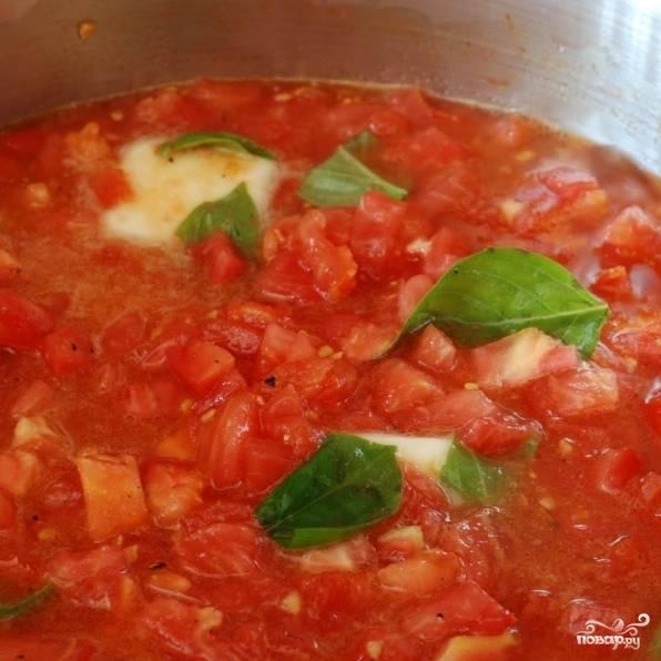 Готовим 1 минуту, после чего добавляем в соус свежий базилик.