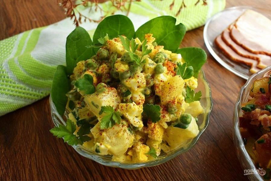Смешайте все ингредиенты для салата, посыпьте карри, подавайте к столу.
