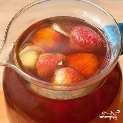 Затем добавляем в чай немного лимонного сока и несколько ягод клубники.