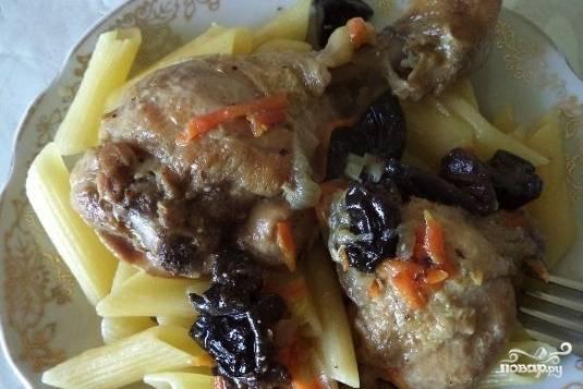 Курица, тушенная с черносливом в сметане