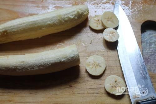 Очищенный банан нарежьте равными кружками.