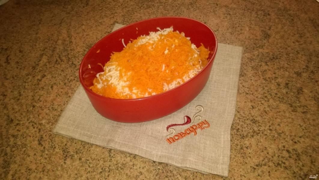 2. Морковь, сырки и чеснок потрите на мелкой овощной терке.