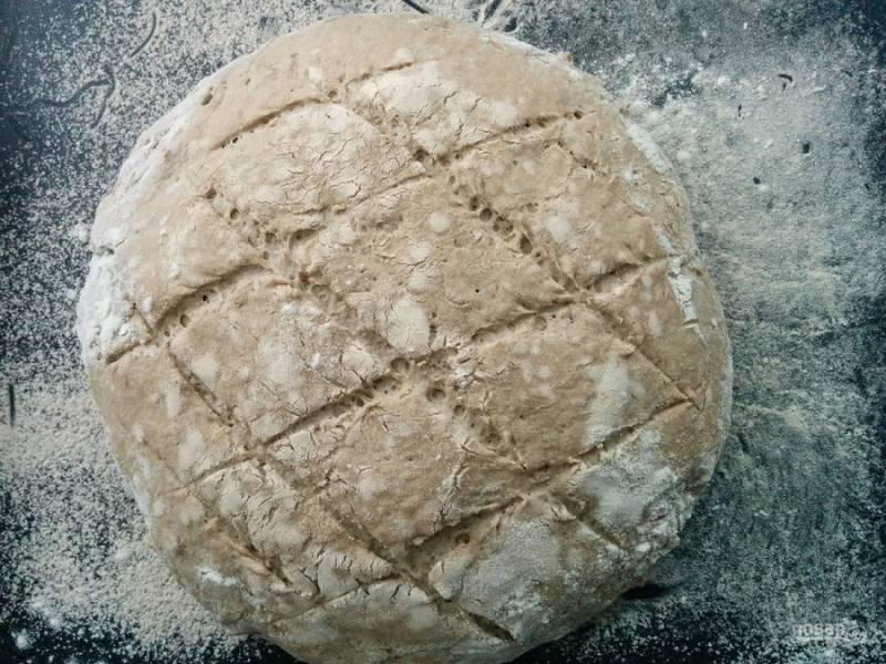 7. Затем достаем из формы, посыпаем мукой и делаем надрезы. Отправляем в разогретую до 200 градусов духовку и выпекаем до темной корочки (при температуре 220 градусов хлеб выпекается около 35 минут).