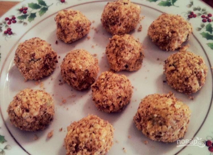 Выложите шарики на блюдо и отправьте на часик в холодильник.