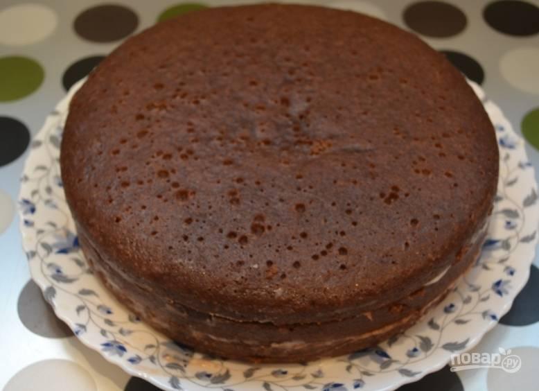 Смазываем коржи кремом из сгущенки и формируем торт.