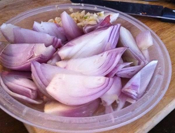 2. Очистить луковицы и нарезать довольно крупно, чтобы в процессе приготовления они не растворились в соусе. Также очистить и измельчить чеснок.
