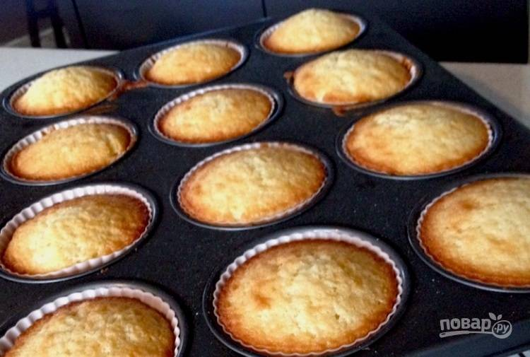 11.Достаньте готовые кексы из духовки, оставьте их для остывания на 10-15 минут, затем достаньте из формы и оставьте до полного остывания.