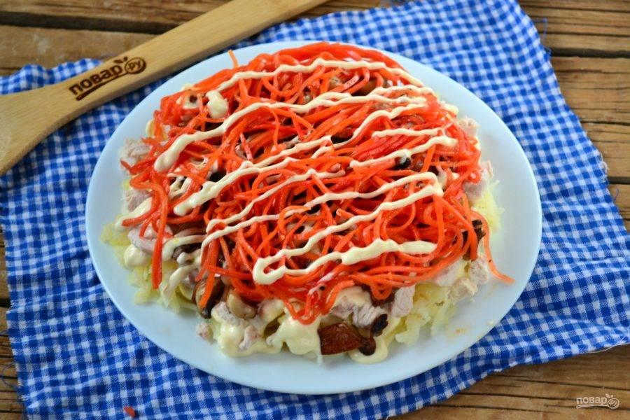 Следующий слой – морковка по-корейски, которую также смажьте майонезом.